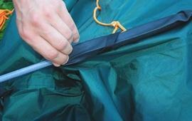 Аккуратно продеть дуги в рукава на тенте согласно цветовой маркировке Четырехместная кемпинговая палатка с большим тамбуром. Alexika Nevada 4