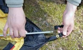 Вставить наконечники дуги в люверсы Двухместная туристическая палатка с повышенной ветроустойчивостью. Alexika Nakra 2