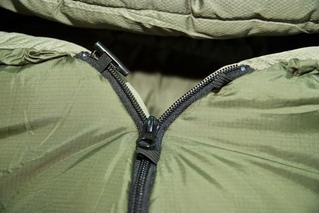 Молния, с помощью которой можно превратить подголовник в капюшон, защищена тепловыми валиками для уменьшения теплопотерь и усилена пуговицей для исключения случайного расстегивания. Уникальный низкотемпературный спальник-одеяло с большим объемом утеплителя Tengu Mark 73SB