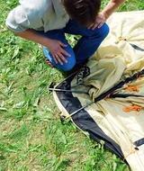 Вставить штыри в отверстия на торцах дуг с одной стороны палатки Четырехместная кемпинговая палатка с двумя спальнями и тамбуром посередине. Alexika Indiana 4