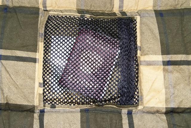 Сетчатый внутренний карман. Через сетку видно все содержимое. Кемпинговый спальный мешок большого размера Alexika Siberia Wide Plus