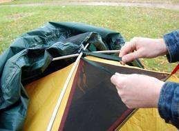 Накинуть внешний тент и зафиксировать его купол на перекрестии дуг Двухместная туристическая палатка с повышенной ветроустойчивостью. Alexika Nakra 2