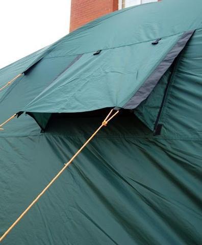 Закрыто коробом от дождя, вентиляция открыта Закрыто коробом от дождя, вентиляция открыта Четырехместная кемпинговая палатка с двумя спальнями и тамбуром посередине Alexika Indiana 4 беж