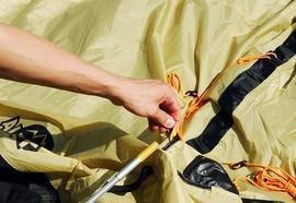 Аккуратно продеть дуги в рукава не тенте Четырехместная кемпинговая палатка с двумя спальнями и тамбуром посередине. Alexika Indiana 4