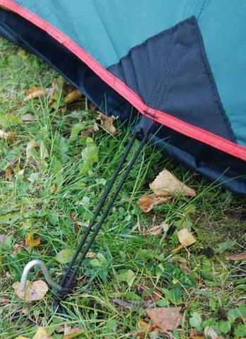 Боковые оттяжки тента из эластичной стропы обеспечивают постоянное натяжение тента при порывах ветра или намокании. Боковые оттяжки тента из эластичной стропы обеспечивают постоянное натяжение тента при порывах ветра или намокании. Двухместная туристическая палатка с повышенной ветроустойчивостью Alexika Nakra 2 зеленый