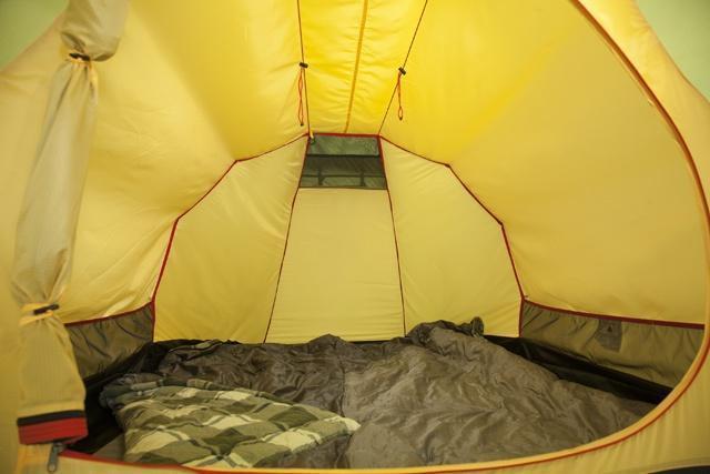 Спальня, общий вид Спальня, общий вид Трехместная туристическая палатка-полубочка с большим тамбуром KSL Half Roll 3 зеленый