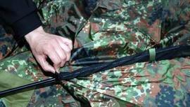 Аккуратно продеть дуги в рукава тента согласно цветовой маркировке Палатка туристическая с большим тамбуром. Tengu Mark 11T