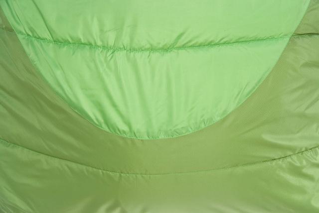 Два типа ткани. Светлая - дышащая ткань, выводит влагу изнутри спальника. Темная - усиленная ткань с влагозащитой. Спальник-одеяло c подголовником для кемпинга и туризма Alexika Siberia Plus