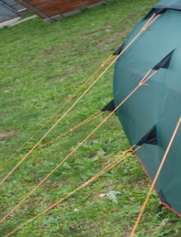 Двухточечные оттяжки увеличивают ветроустойчивость тента и равномерность его натяжения Двухточечные оттяжки увеличивают ветроустойчивость тента и равномерность его натяжения Двухместная туристическая палатка с повышенной ветроустойчивостью Alexika Nakra 2 зеленый