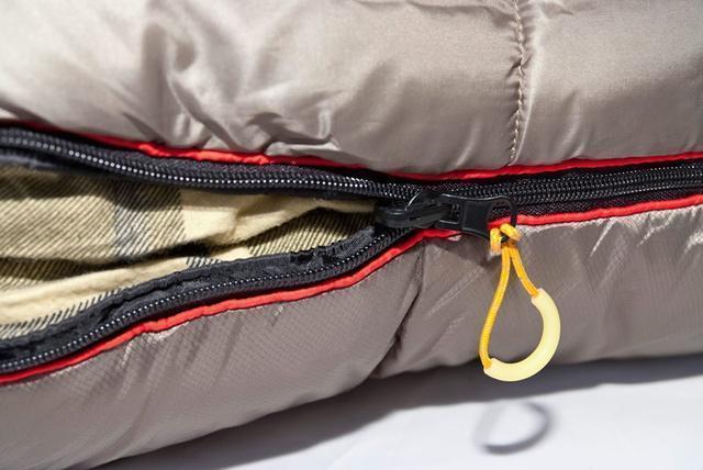 Комбинированная лента от закусывания ткани замком молнии. Самый просторный, комфортный и теплый спальник для путешествий даже в сильные заморозки Alexika Tundra Plus XL