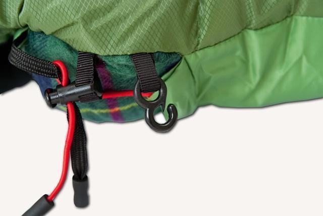 Затяжки фиксируются крючком на внешней стороне спального мешка, чтобы при перевороте на бок шнуры не ложились на лицо. Спальник-одеяло c подголовником для кемпинга и туризма Alexika Siberia Plus