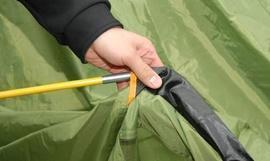 Аккуратно продеть дугу тамбура в рукав согласно цветовой маркировке Кемпинговая палатка с большим тамбуром и тремя входами KSL Campo 4 Plus