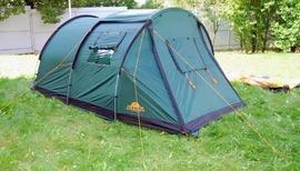 Растянуть оттяжки по всему периметру тента Четырехместная кемпинговая палатка-полубочка с большим тамбуром. Alexika Apollo 4