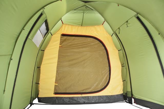 Спальня подвешивается на оттяжках изнутри. полог и сетка закрыты. Палатка с двумя спальнями (3+3) и большим тамбуром посередине KSL Macon 6