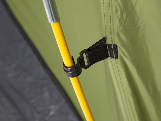 Удобное крепление тента г дуге клипсой. Четырехместная кемпинговая палатка с двумя спальнями и большим тамбуром KSL Macon 4