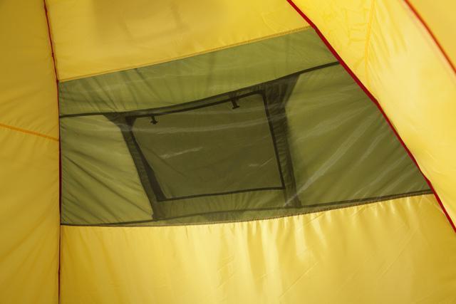 Вентиляционное окно из антимоскитной сетки в спальне. Трехместная кемпинговая палатка купольного типа KSL Rover 3