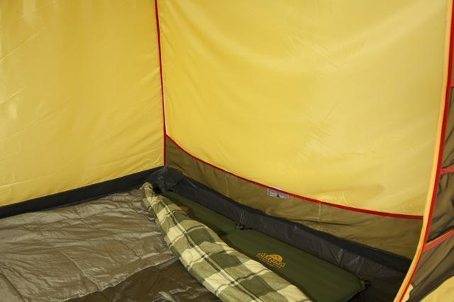 Спальня, общий вид. Кармашки для вещей. Трехместная кемпинговая палатка купольного типа KSL Rover 3