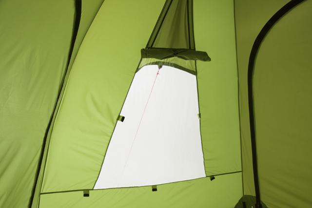 Окно открыто. В нижней части прозрачная пленка. Трехместная кемпинговая палатка купольного типа KSL Rover 3
