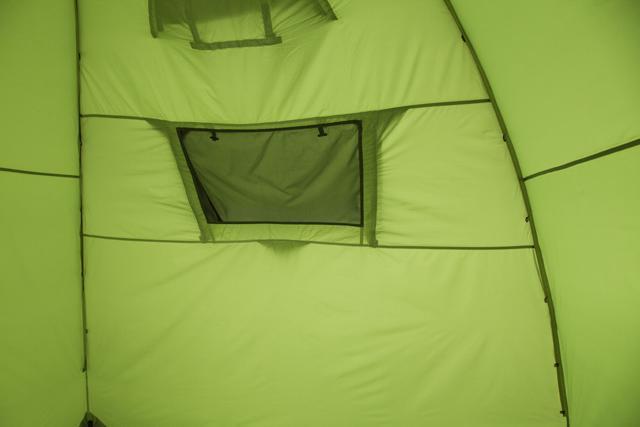 Большое тыльное вентиляционное окно изнутри. Трехместная кемпинговая палатка купольного типа KSL Rover 3