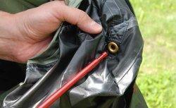 Вставить наконечники дуги в люверсы Легкая однослойная палатка Tengu MARK 19T