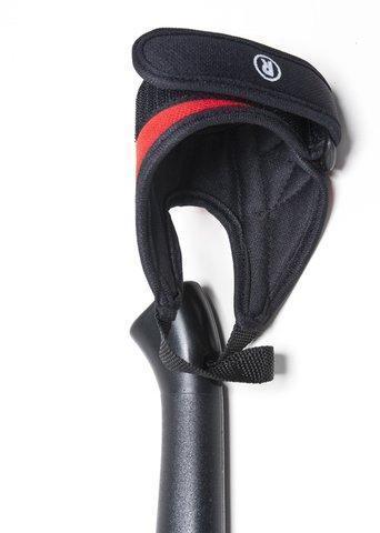 Эргономичный темляк с комфортной внутренней отделкой и маркировкой стороны R. Внутренняя отделка и обработка швов устраняет натирание и обеспечивает комфорт во время тренировки. Телескопические палки для скандинавской ходьбы Masters Telescopic