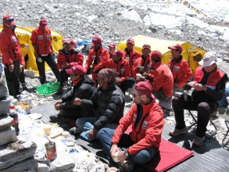 праздник Пуджа- открытие базового лагеря под Эверестом. открывает лагерь лама. Экспедиция Клуба7 вершин на Эверест Куртка Баск PANZER V3