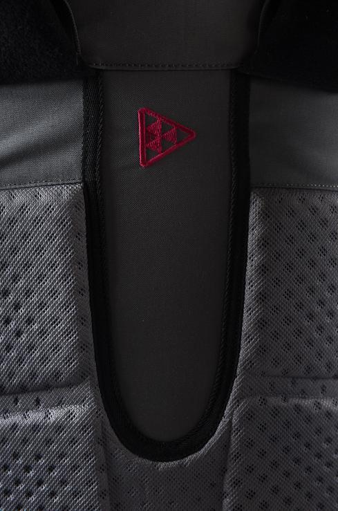 Спина рюкзака термоформирована специальным образом так, что при  использовании обеспечивается хорошая вентиляция. Перфорация в «пенке»  спинки, ... b9a34daf891