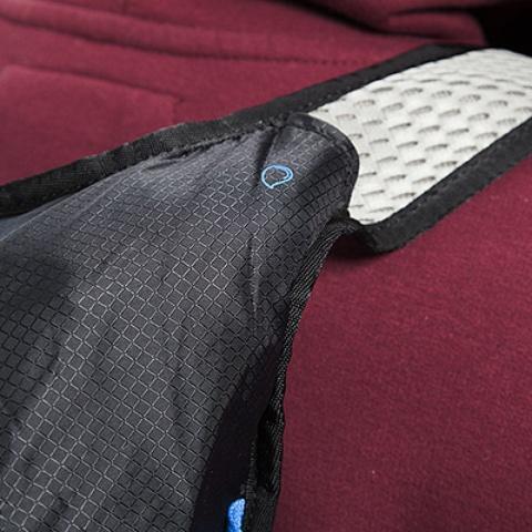 Две возможности вывода питьевой системы: через левое или правое плечо - Легкий рюкзак для бега или велоспорта Baix 10