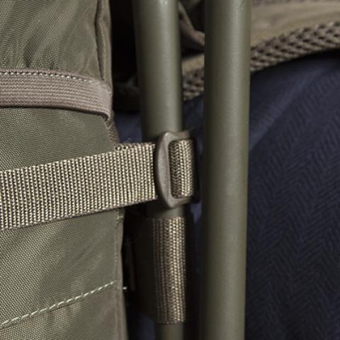 Стул крепится к рюкзаку стропами и легко снимается - Прочный стул-рюкзак Petri Chair