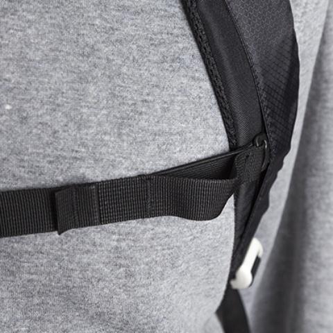 В нагрудный ремень вшита резинка для комфорта во время движения - Легкий спортивный рюкзак с фронтальной загрузкой Skill 30 red