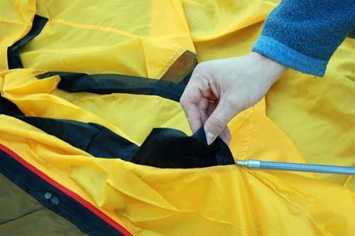 Аккуратно продеть дуги р рукава на тенте согласно цветовой маркировке. Инструкция по Grand Tower 4