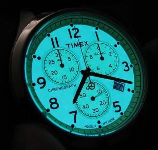 Яркая зелено-синяя подсветка Indiglo, активизирующаяся при нажатии на заводную головку, стала отличительной чертой часов Timex